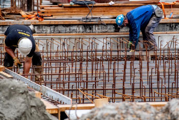 Bouwvakkers en andere mensen met zware beroepen zouden eerder met pensioen moeten kunnen, vindt 85 procent van de ondervraagden in de studie van de Radboud Universiteit.