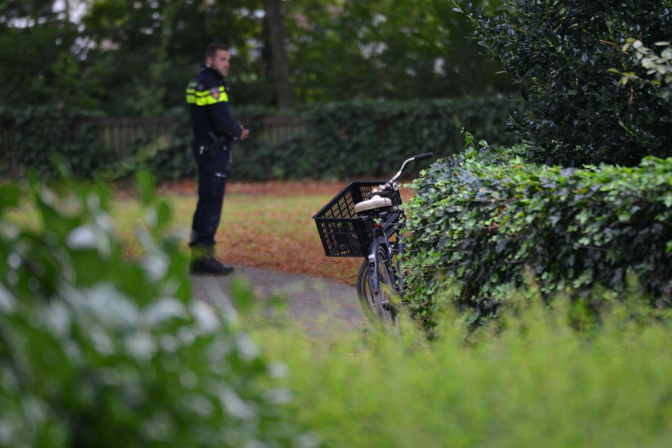 Bij het onderzoek naar de verkrachtingszaak in het Van Sonsbeeckpark in 2017 trof de politie onder meer een damesfiets en een kledingstuk in de bossen aan.