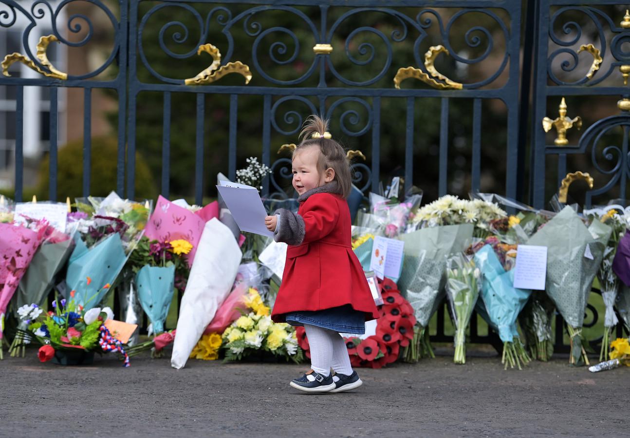 Ook deze kleine meid laat een eerbetoon voor de prins achter in de vorm van een tekening.