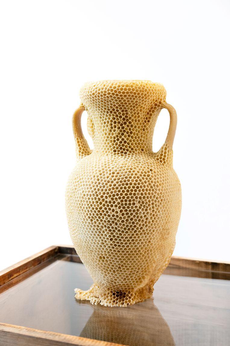 Een vaas gemaakt door tienduizend bijen, door kunstenaar Tomas Libertiny.  Beeld  Titia Hahne