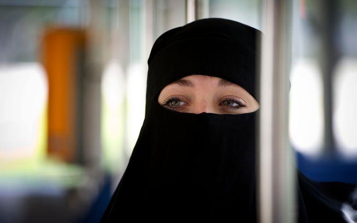 Een moslima met boerka in het openbaar vervoer.