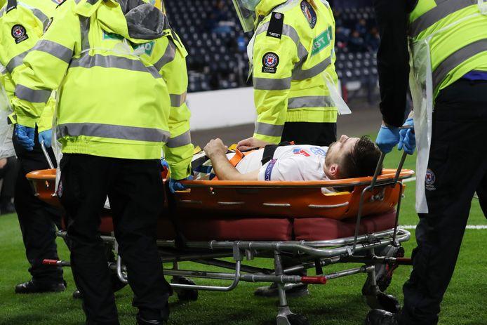 Matus Bero verlaat als international van Slowakije per brancard het veld op Hampden Park in Glasgow.