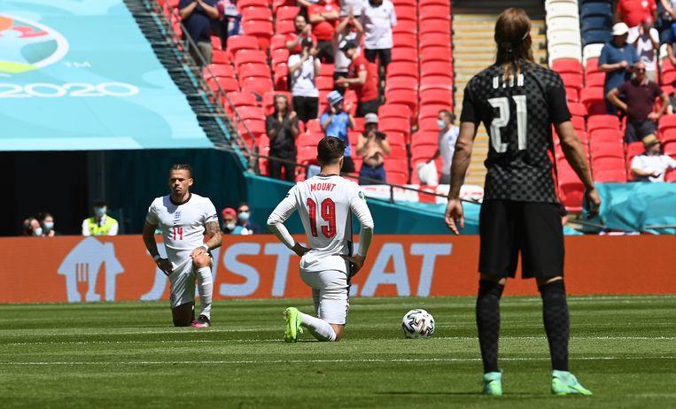 Kalvin Phillips (l) en Mason Mount van Engeland knielen voor de EK-wedstrijd tegen Kroatië.  Beeld EPA