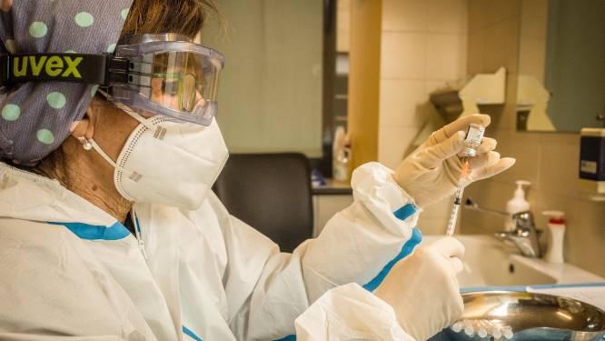 """Experts waarschuwen voor mogelijke zevende dosis uit Pfizer-flacon: """"Niet zonder risico"""""""