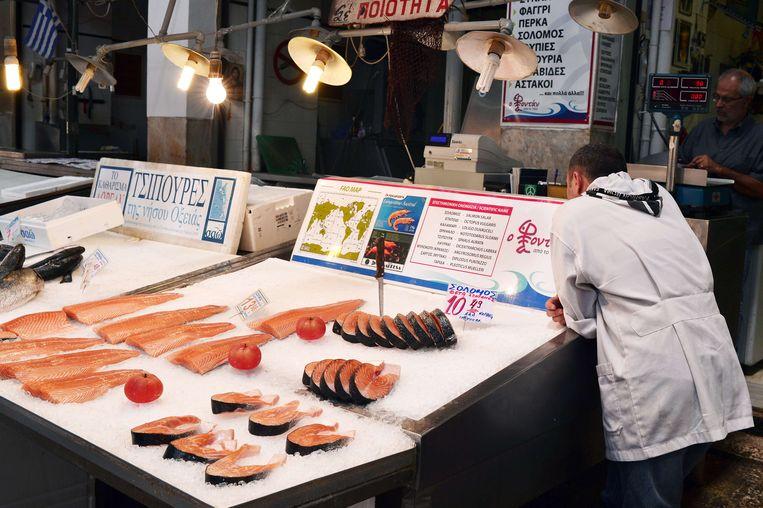 Een visverkoper in Athene. De zalm die op uw bord in Brussel belandt, bleek deze week echter niet echt altijd zalm te zijn. Beeld AFP
