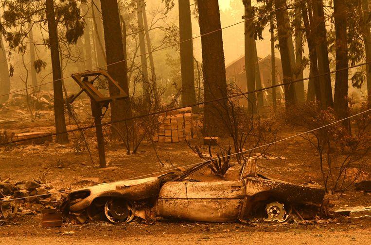 Een uitgebrande Corvette smeult na in Plumas County. Ook hier raasde de Dixie-brand doorheen.  Beeld AFP