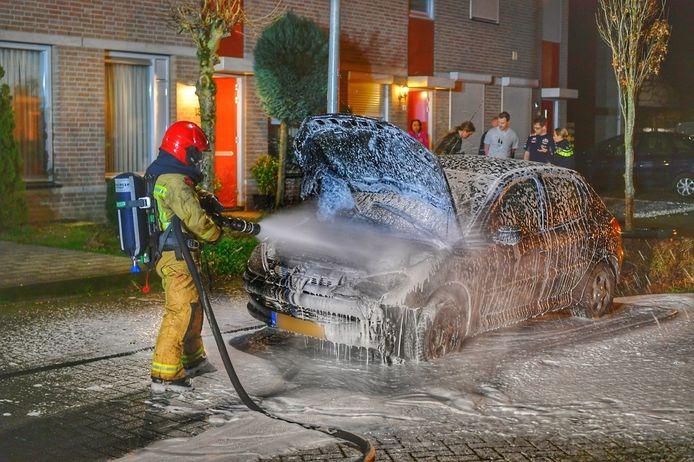 Omwoners blussen autobrand in Valkenswaard.