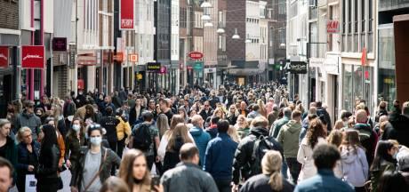 Lange rijen voor kleding- en schoenenwinkels, flink druk in grote steden