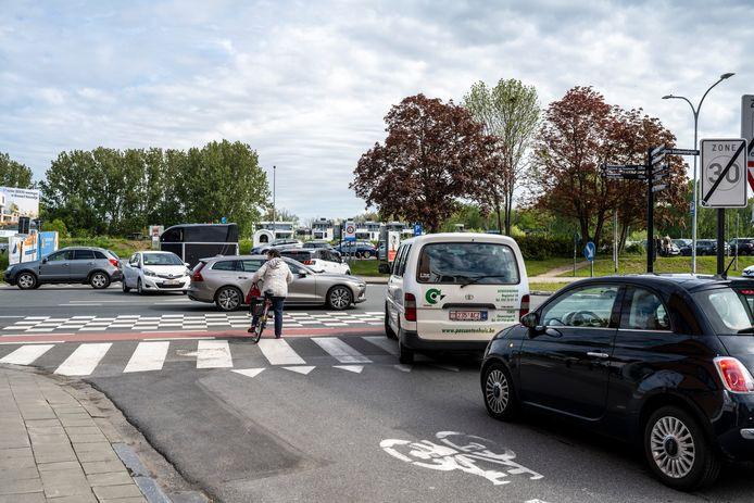 Het kruispunt van de Noordlaan met De Bruynlaan en Veerstraat is vaak één grote chaos. Het maakt deze locatie tot één van de zwarte punten in Dendermonde.