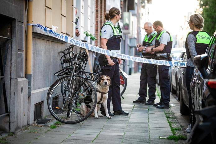 De hond, vermoedelijk van het slachtoffer, wacht op opvang.