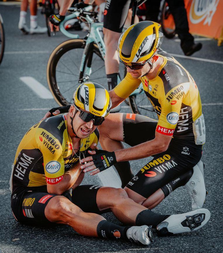 Christoph Pfingsten ontfermt zich over zijn ploegmaat Dylan Groenewegen na de zware crash in Katowice, woensdag in de Ronde van Polen. Beeld Photo News