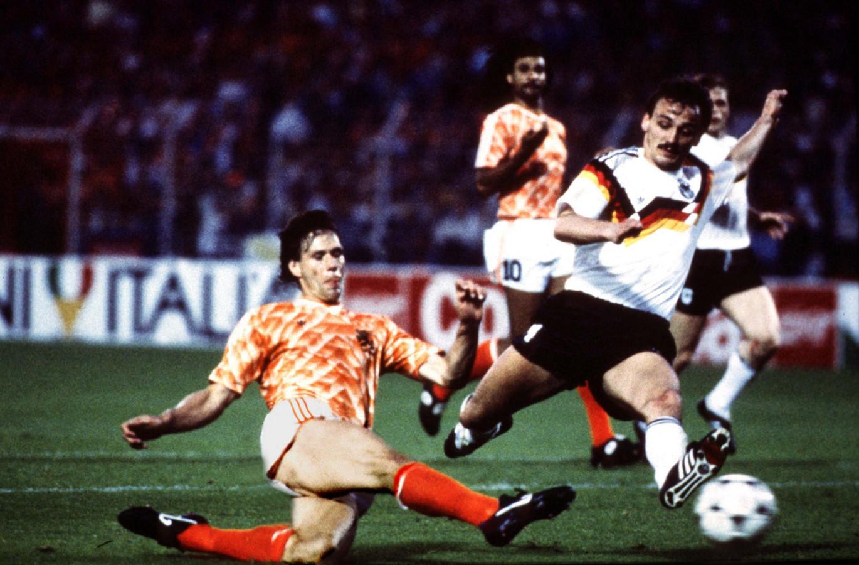 Marco van Basten glijdt de 2-1 binnen tegen West-Duitsland in de halve finale van het EK 1988.