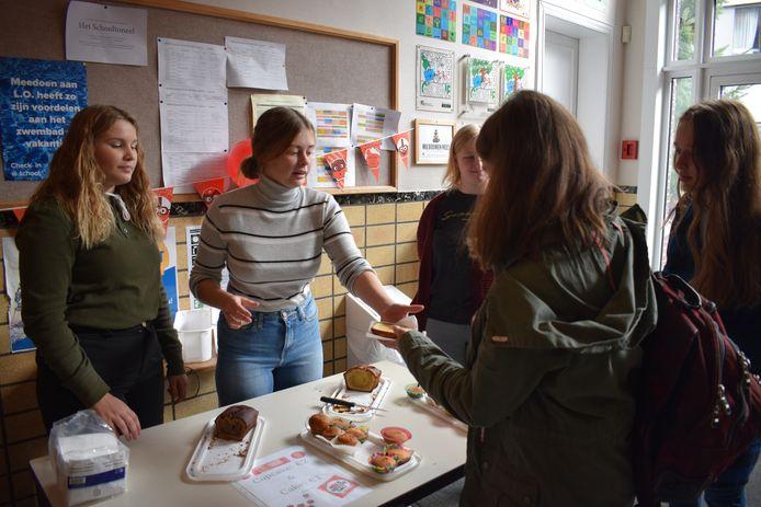 Beau en Bie verkopen hun (cupcakes) aan de leerlingen van de Ursulinen Mechelen.