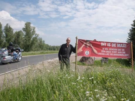 Spandoek tegen herrie van motoren op de dijk: 'Ik wil rust in mijn tuin'