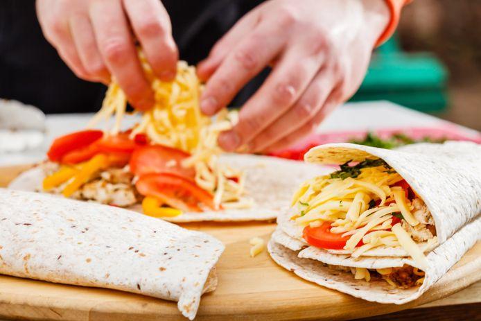 Voor de sandwich gebruik je tortilla's die je drie keer opvouwt.