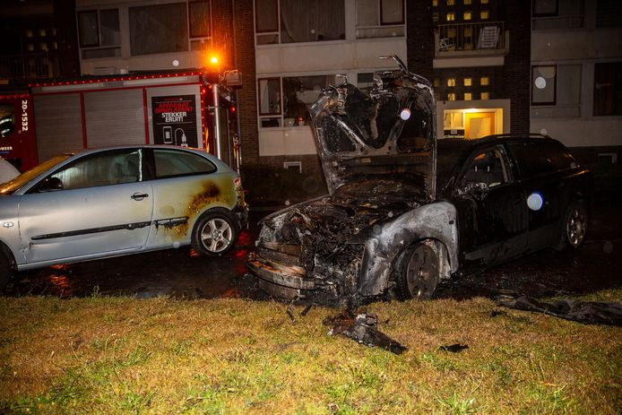 De in brand gevlogen auto's in Bergen op Zoom.