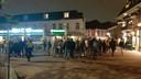 Rond half twaalf dwingt de politie een groep jongeren vanaf de boulevard terug naar de Bruggestraat.