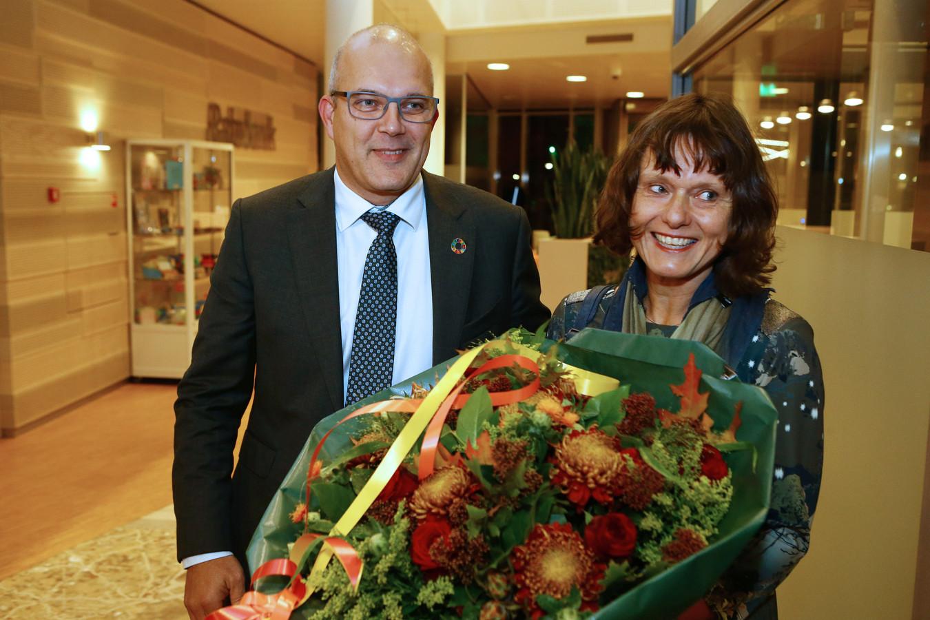 Egbert Lichtenberg (52) en zijn vrouw Nienke werden dinsdagavond warm onthaald in het gemeentehuis in Almkerk.