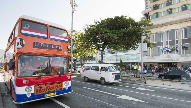 De Oranjebus die speciaal uit Nederland is verscheept rijdt voor het Cesar Park Ipanema hotel waar het Nederlands elftal verblijft. Beeld anp