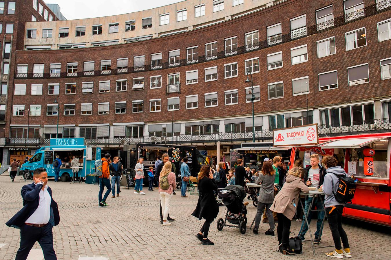 Het stadsbestuur van Oslo wil zo snel mogelijk van het uitlaatgas van auto's af. Er moeten inductieplaten komen op locaties waar veel potentiële klanten voor taxi's zijn
