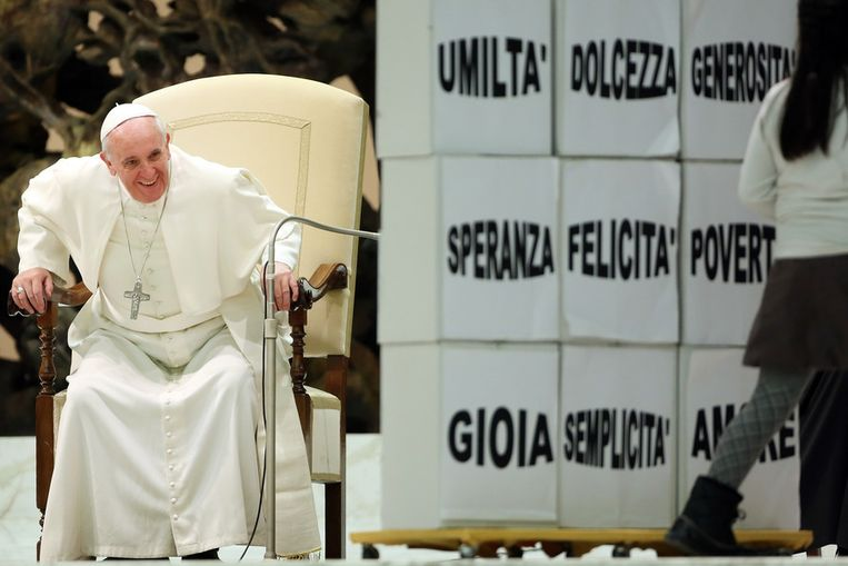 Paus Franciscus gisteren tijdens een audiëntie waarbij kinderen hem alvast feliciteerden met zijn verjaardag. Dinsdag wordt de paus 77 jaar. Beeld getty