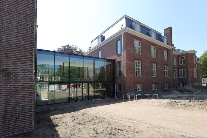 Nieuwbouw en oudbouw verbonden. Links het nieuwe Koetshuis, rechts het gerenoveerde kloostergebouw.