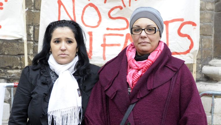 Saliha Ben Ali (r.) en Samira zagen beiden hun 19-jarige zonen vertrekken naar Syrië. 'Proficiat, uw zoon is gestorven als martelaar', hoorde Ben Ali aan de telefoon. Beeld © reuters