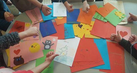 Leerlingen van het buitengewoon lager onderwijs 't Vestje in Lier maken tekeningen voor de rusthuisbewoners