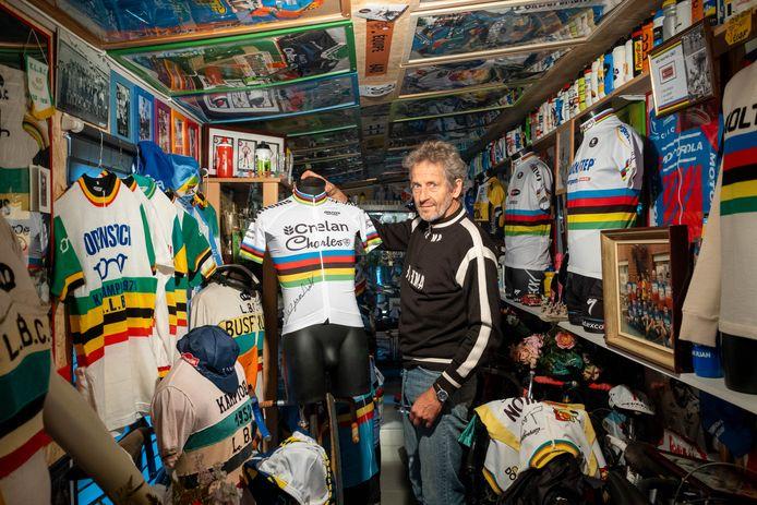 WALEM Paul Mortelmans toont enkele stukken uit zijn wielermuseum tijdens de passage van het WK Wielrennen