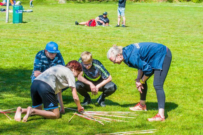 Jongelui vermaken zich op Het Lageveld met de activiteiten van Avedan, ZorgSaam Twenterand en De Welle.
