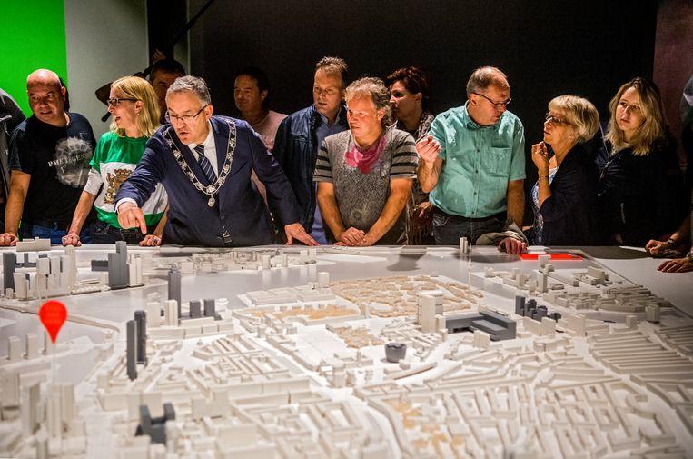 Aboutaleb  geeft toeristen een rondleiding in het Schielandshuis. Beeld Hollandse Hoogte / Frank de Roo