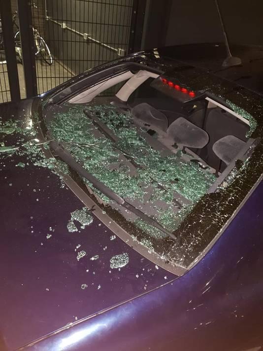 Onder meer de voorruit van de auto was compleet verwoest.