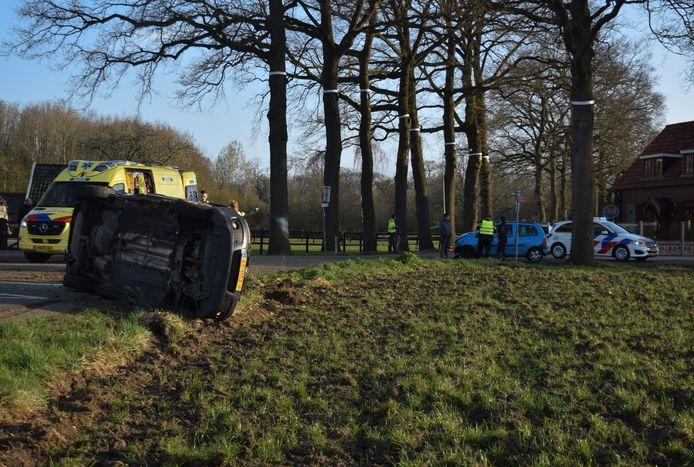 De auto belandde op de kant nadat het de blauwe auto (op de achtergrond te zien) geen voorrang gaf.