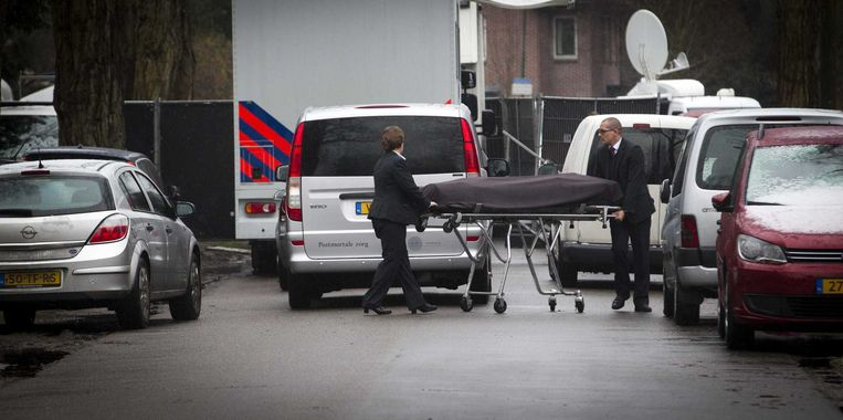 Het lichaam van Koen Everink wordt weggedragen op een brancard. Beeld ANP
