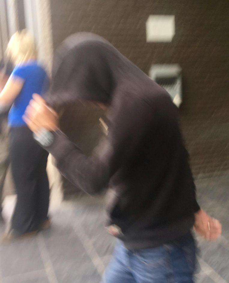 Kjell C. verstopt aan de rechtbank zijn gezicht.