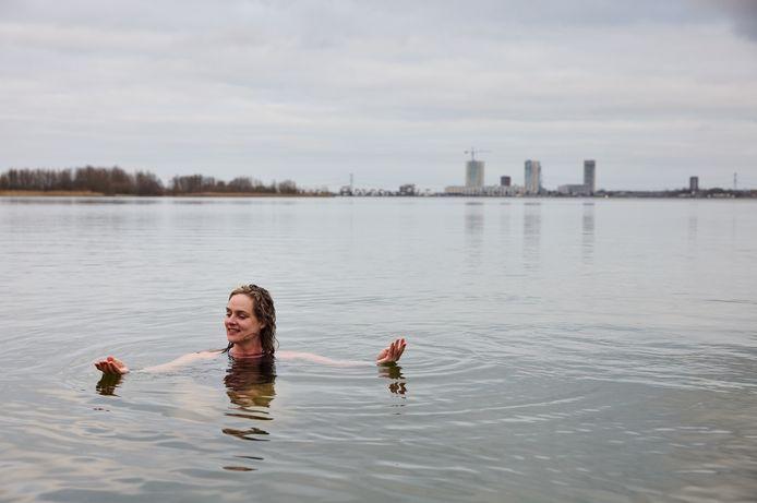 Koud hè?  Yvonne Wieringa is een van de velen die het gedachtegoed van iceman Wim Hof omarmt. Hier neemt ze een duik in het koude water van de Zevenhuizerplas.