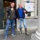 Een blije Thijs Wieggers (links) met kompaan Rutger van Lier voor  de rechtbank in Dordrecht, waar eerstgenoemde werd vrijgesproken voor het bedreigen van een motoragent.