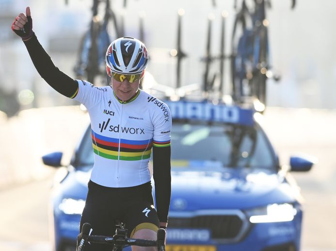 Van der Breggen viert de overwinning.