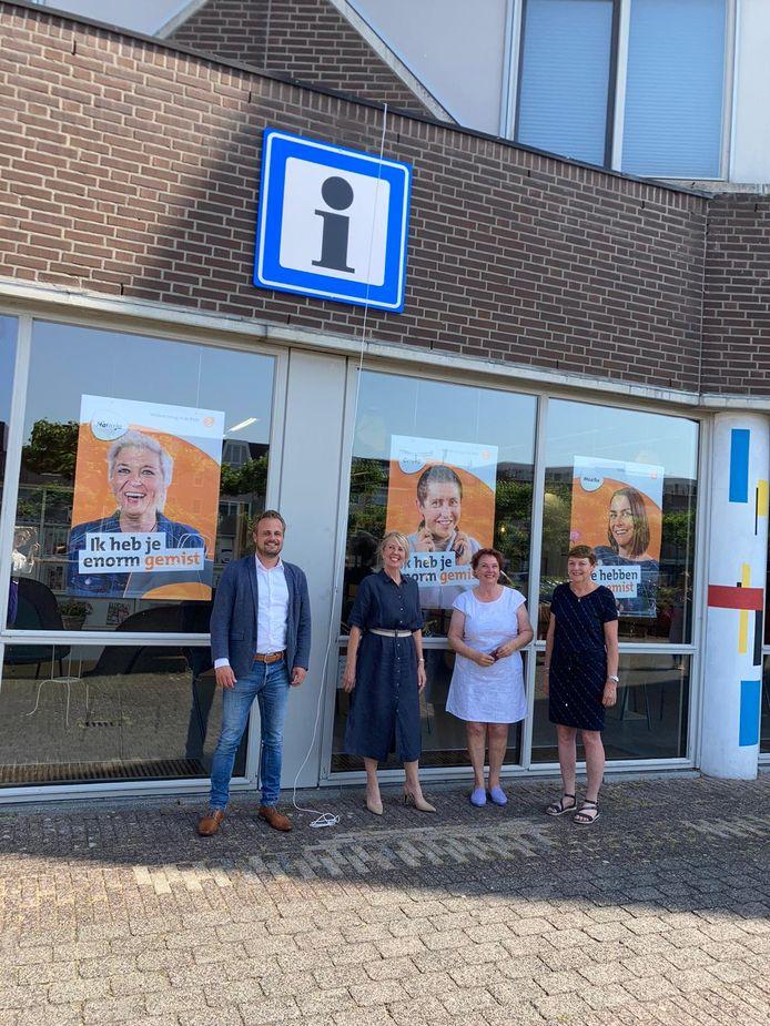 Gijs van Heeswijk, Gio van Creij met twee TIP-vrijwilligers bij de opening van het nieuwe toeristisch informatiepunt in Uden. Gevestigd in de bibliotheek aan het Mondriaanplein.