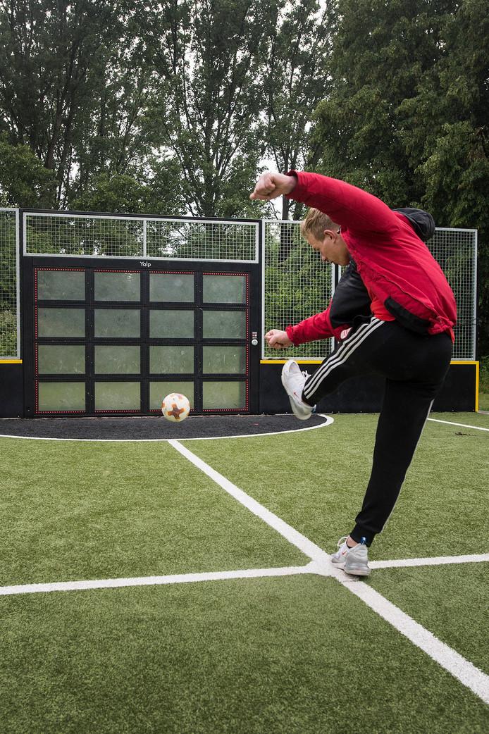 De interactieve voetbalmuur bij sportveldjes aan de Hamdijk is officieel in gebruik genomen.