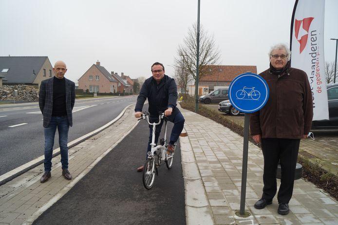 Het nieuw aangelegde fietspad in de Egemstraat werd officieel geopend door gedeputeerde Jurgen Vanlerberghe