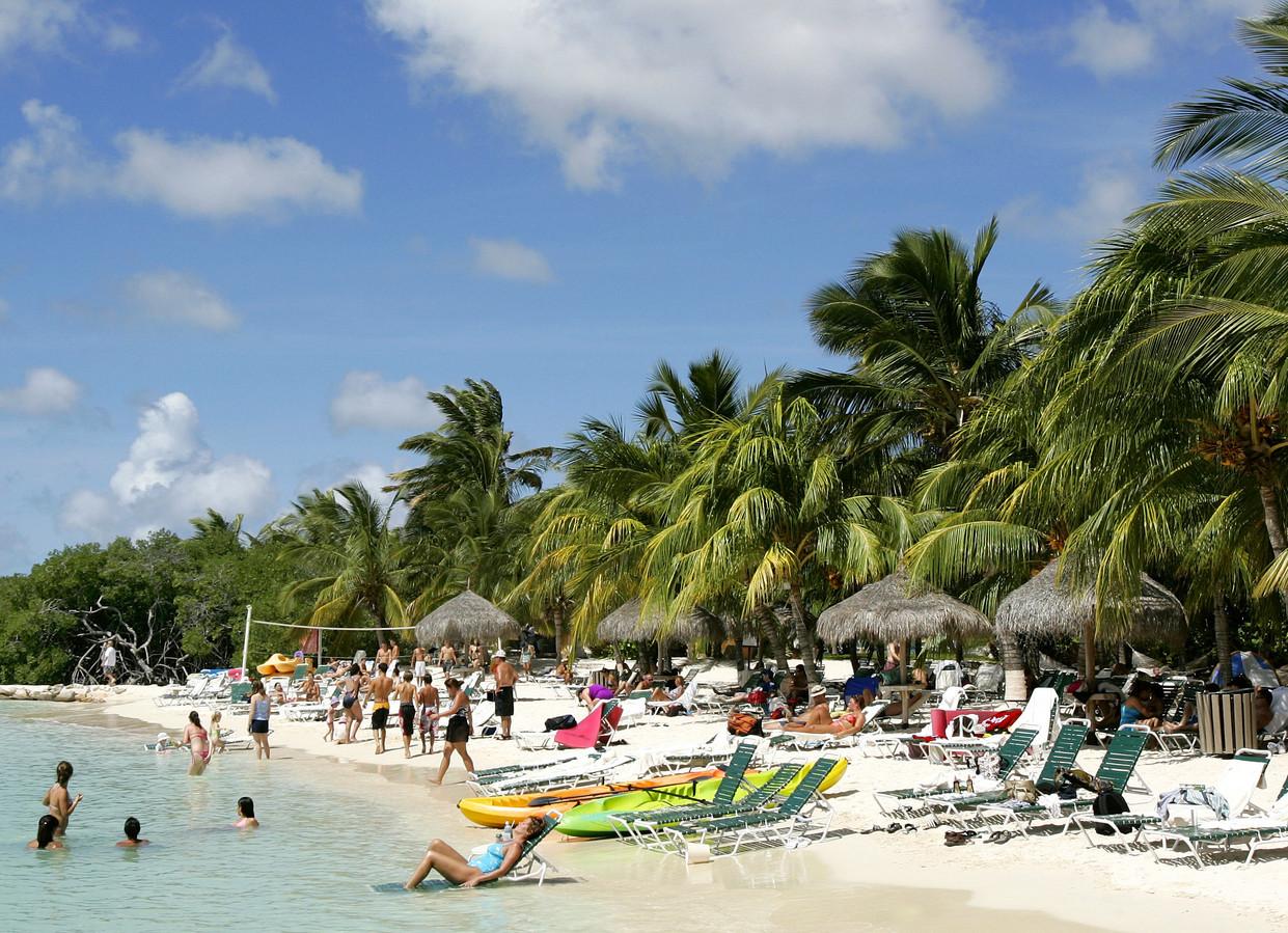 Prive strand van het Rennessance hotel Oranjestad op Aruba. Voor MIJN WERELD van Tanja Jadnanansing
