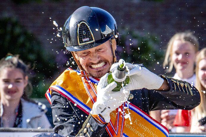 Edward Gal is Nederlands kampioen, dat viert hij met champagne.