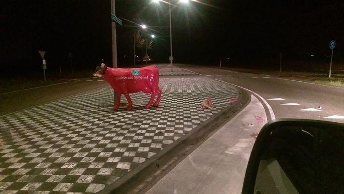 Zaterdagnacht wordt de polyester koe onthoofd terug gevonden.