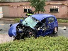 Auto komt in botsing met viskraam in Nijverdal