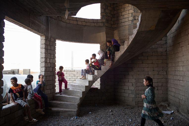 Jezidi-kinderen zoeken even beschutting op tijdens hun vlucht uit Sinjar. Beeld NYT
