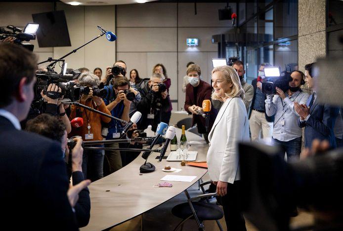 Partijleider Sigrid Kaag tijdens een fractiebijeenkomst van D66 in de Thorbeckezaal, de dag na de Tweede Kamerverkiezingen.