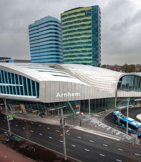 Vijf jaar na opening wordt Arnhem Centraal ook op stationsgevel letter voor letter 'Arnhem Centraal'