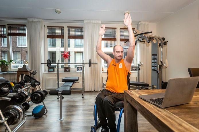 Rolstoelbasketballer Jelle van der Steen uit Deurne is een van de mensen die donderdag  tips geeft voor 'sitness', fit worden tijdens het zitten.