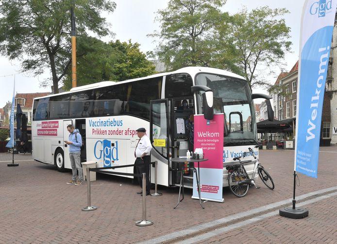 De vaccinatiebus van de GGD Zeeland hield ook halt op de Markt in Middelburg.
